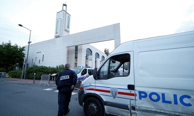 THE GUARDIAN: Na predmestí Paríža dnes zatkli muža, ktorý sa pokúsil nabehnúť autom do davu pred mešitou