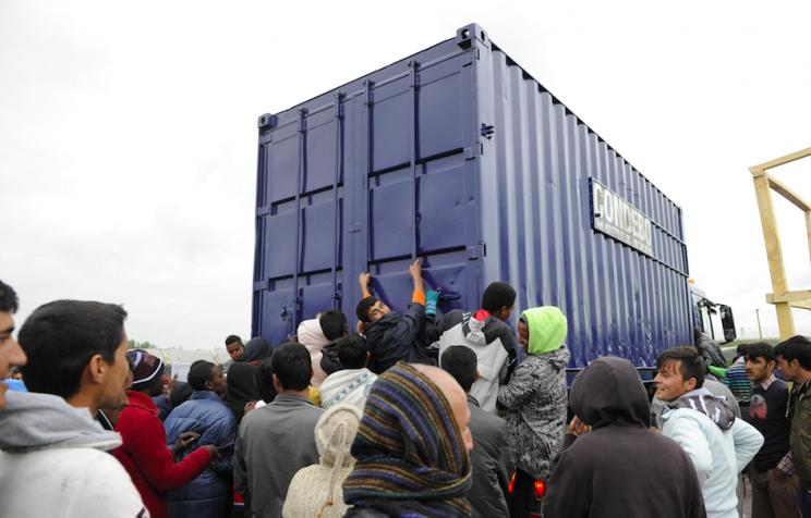 VIEME PRVÍ A VČAS: Polícia rozháňala násilné potyčky medzi africkými Imigrantmi v Calais, 16 zranených