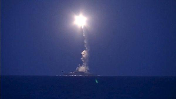 VIDEO: Ruské lode zaútočili na Islamský štát v Sýrii strelmi Kaliber