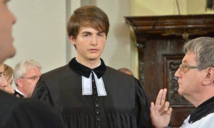 Kaplána vyhodili za názory o homosexuáloch, dnes káže v českom Šumperku