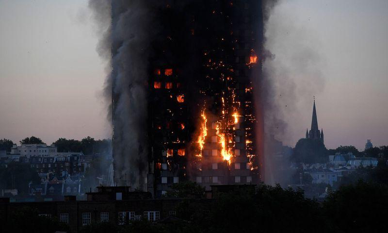 MIMORIADNA SPRÁVA: Výškový bytový dom v londýnskej štvrti White City v noci na dnes zachvátil rozsiahly požiar. Ide o terorizmus?