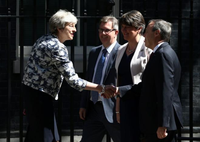 "REUTERS: Konzervatívci si podali ruky s Unionistami. Uzavreli dohodu ""o dôvere a ponuke"""