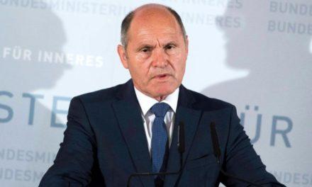 """Sobotka varuje pred""""samozvanými spasiteľmi"""" migrantov v Stredomorí"""