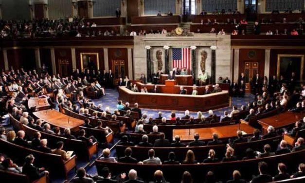 Kongres Trumpovi neverí a chystá sa prvé vypočutie tlmočníka v histórii USA