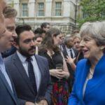 THE TIMES: Theresa May sa dozvedela, že na ponorke je problém, nejde sťahovať porno.
