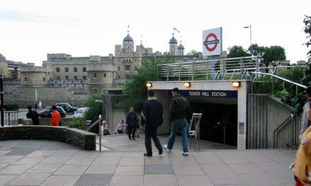 Panika v Londýne na Tower Hill po zapálení tašky