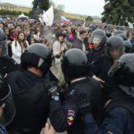 Pri demonštráciách na podporu Navalného zatkla ruská polícia takmer 300 ľudí