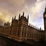 """Sexuálny škandál drví britský parlament. """"Rád si siahne,"""" písali si o politikoch sekretárky"""