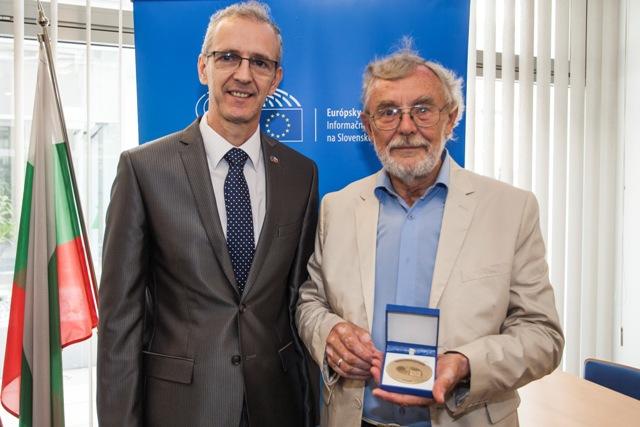 Cenu Európskeho občana si v Bruseli prevzal bloger Ján Benčík