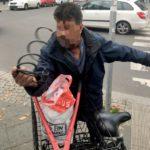Imigrant kradol žene bicykel a nadával jej do nacistov, okoloidúci sa zastali imigranta