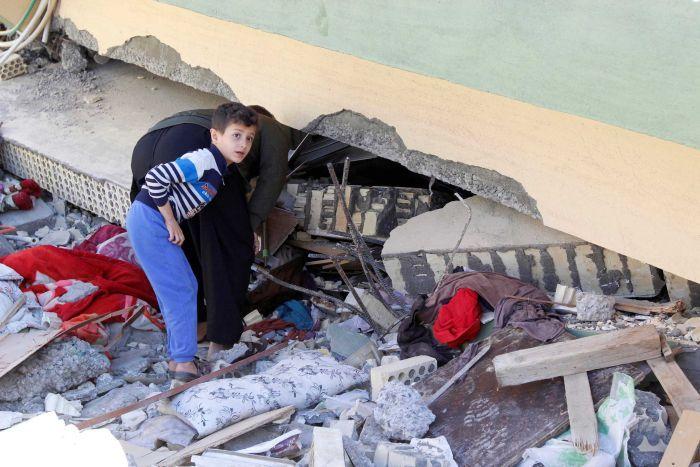 Irán ukončil záchranné operácie po zemetrasení. Ľudia čo prežili bojujú o život