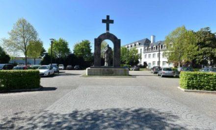 Le Penová: Vláda chce odstrániť kríž zo sochy pápeža, ale burky nevadia