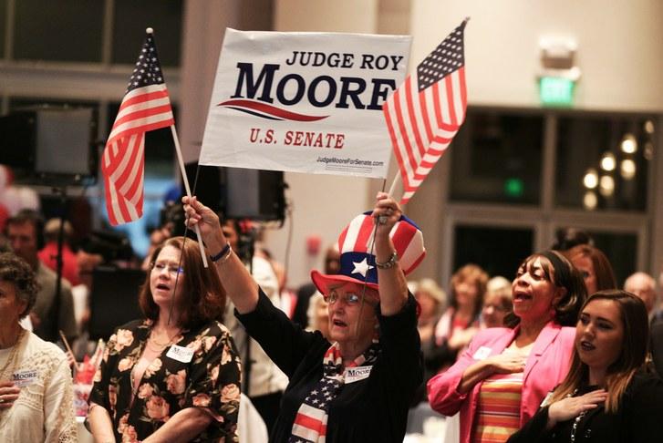 """PETR HAMPL: """"Elita"""" republikánov zničila v Alabame svojho kandidáta – bol to človek, ktorého podporoval Steven Bannon"""