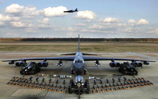 Strategické bombardéry B-52 zhodia v Estónsku výcvikové bomby. Hranice Estónska sú 130 km od Petrohradu