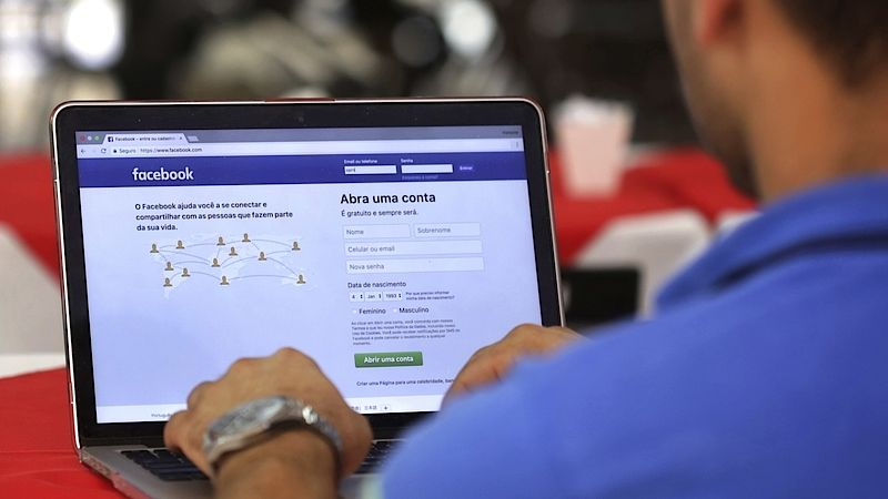 Facebook vymazal až 93% dátového toku konzervatívnych médií – a stráca 24% hodnoty akcií