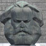 URZA: Karol Marx bol veľmi mizerný ekonóm. Krv na rukách ale nemá