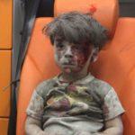 Biele prilby nechali trpieť chlapca 40 minút. Museli si najprv urobiť reklamné snímky