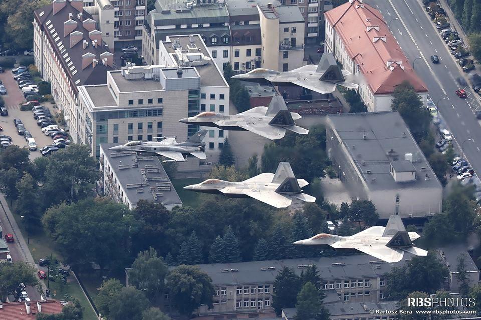 Poliaci slávia sto rokov nezávislosti s americkými neviditeľnými stíhačkami F-22