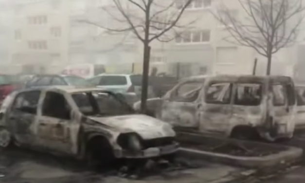 """Mladícke"" gangy podpálili desiatky  áut v meste Strasbourg"