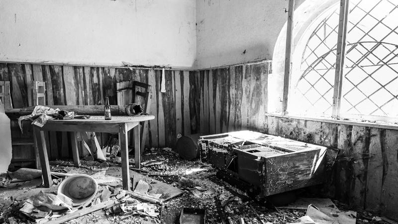 Obyvatelia gréckej lokality zničili hotel ktorý sa mal stať centrom pre migrantov.