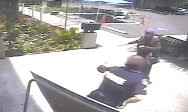 Video – v USA zastrelili 21 ročnú ženu, ktorá útočila s nožom na policajta